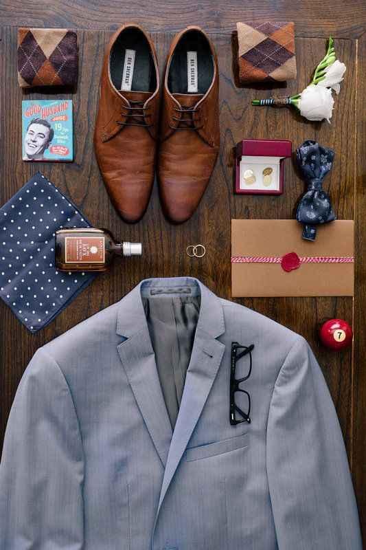 Foto agli accessori dello sposo