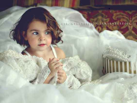Foto damigella nell'abito da sposa