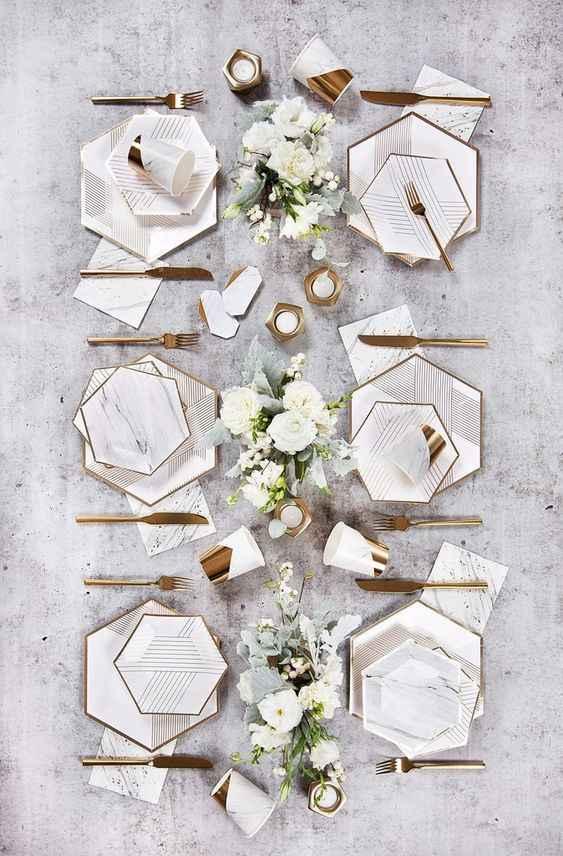 Servizio di piatti in marmo e linea d'oro