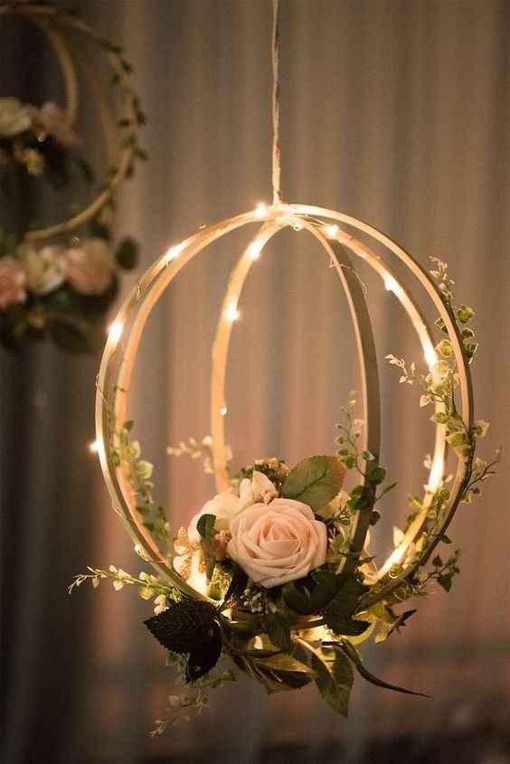 Decorazione floreale e luci, pendente
