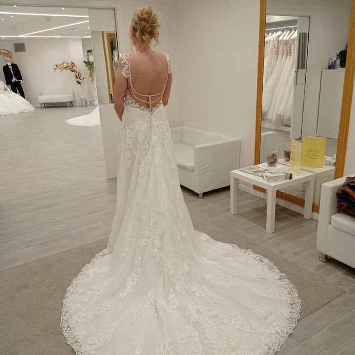 Meglio un abito da sposa con la schiena scoperta oppure con dei ricami? - 1