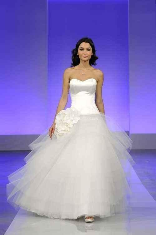 Sfogliando vari cataloghi di abiti da sposa.....