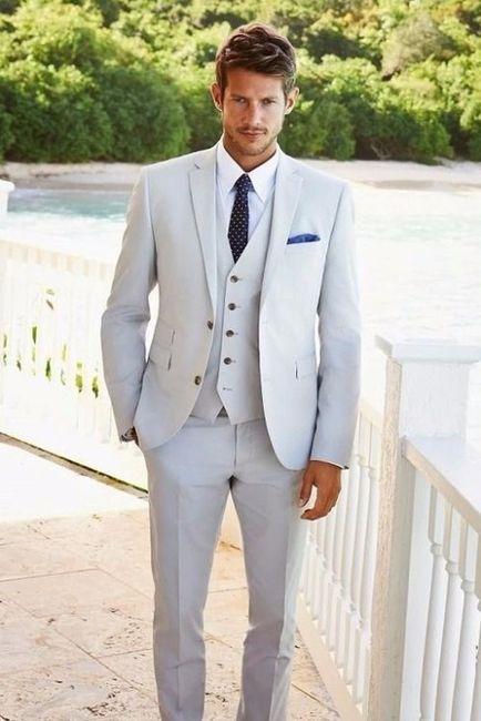 B) Splendente in un abito chiaro