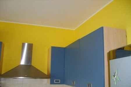 pareti gialle e cucina azzurra