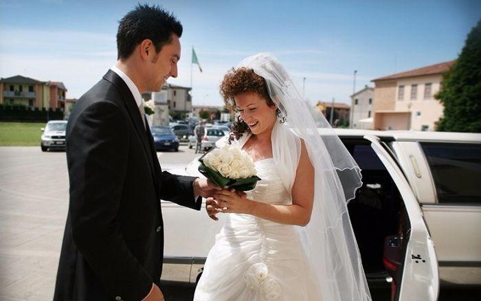 Lo sposo accoglie la sposa sul sagrato della chiesa