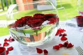 Centrotavola con petali e candele