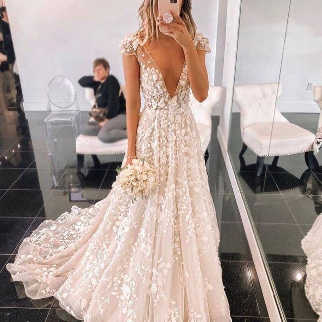 Come la preferite la gonna del vostro abito da sposa? Ricamata oppure semplice? 3