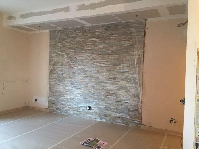 Parete salotto in pietra idee per il design della casa - Pietra parete soggiorno ...