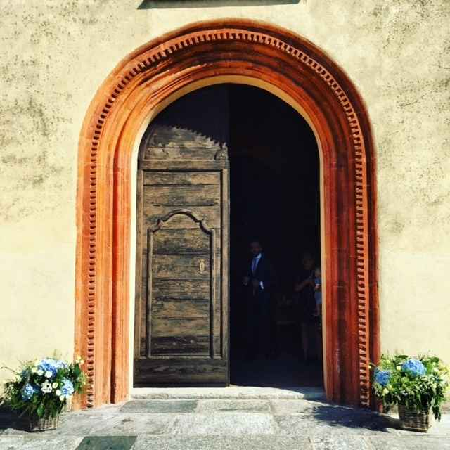L'ingresso della chiesa coi fiori