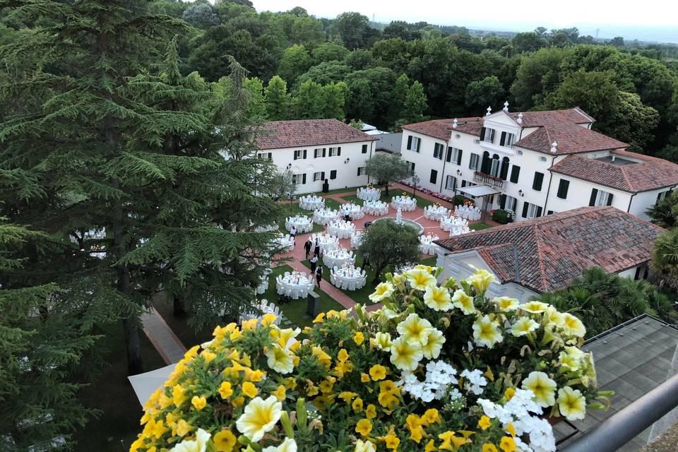 Banchetto fronte villa