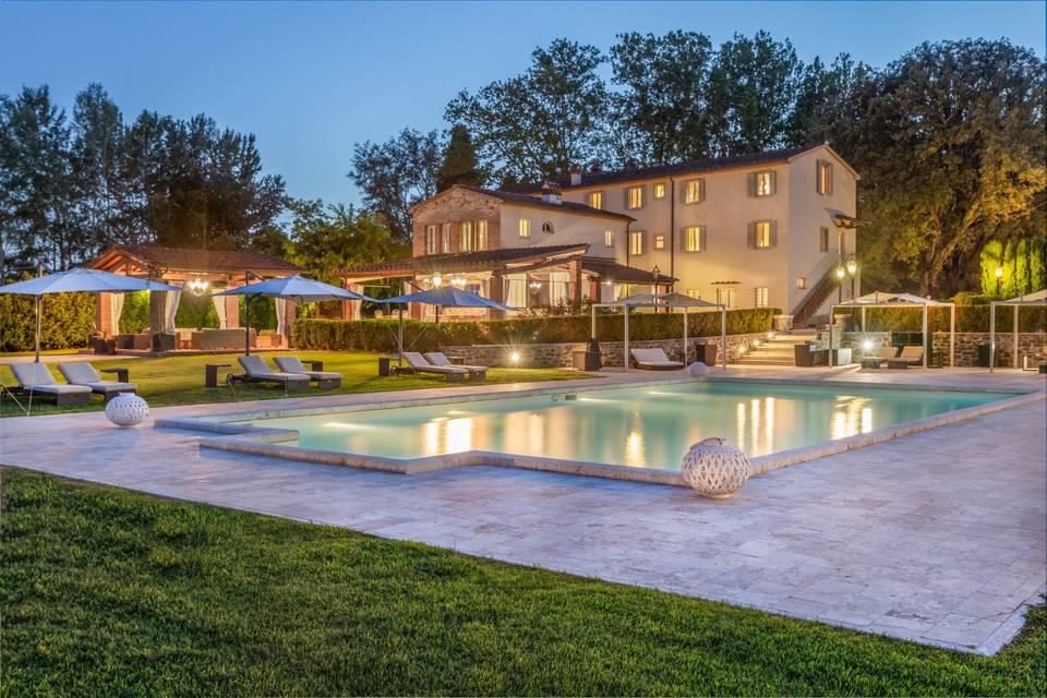 Retro della villa con piscina