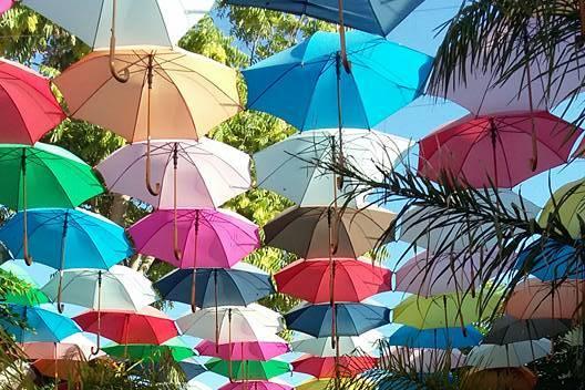 Scenografia con ombrelli